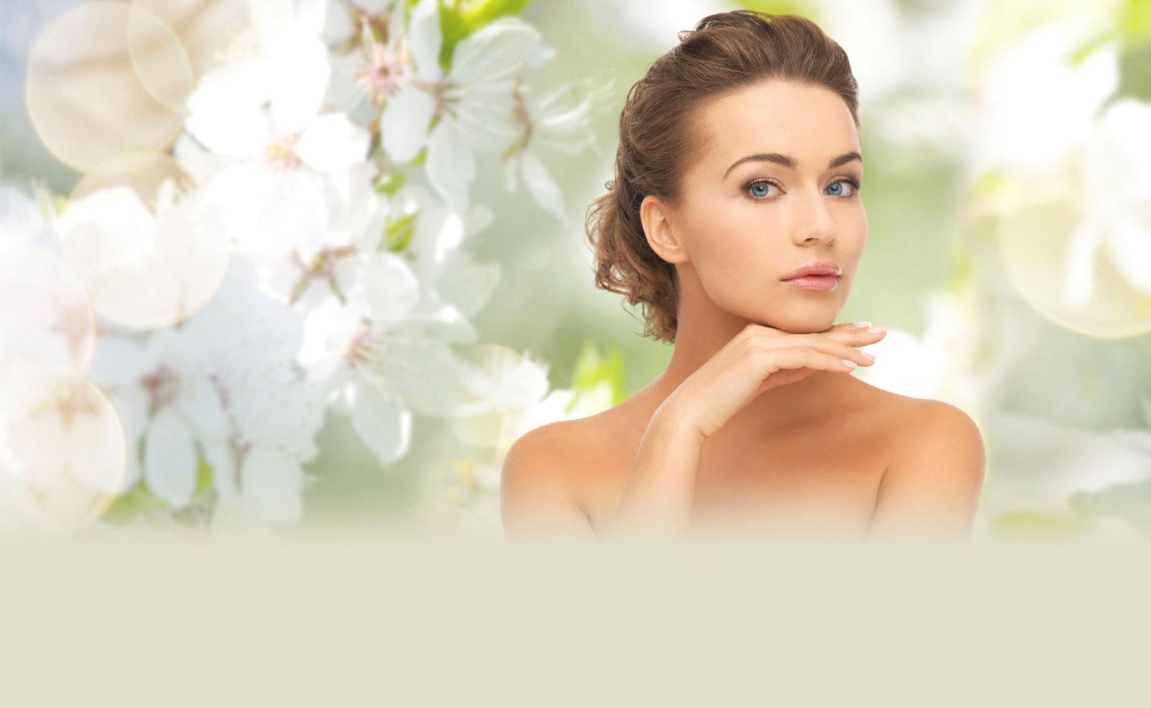 Retrato de mujer con tratamientos de belleza sobre fondo de flores