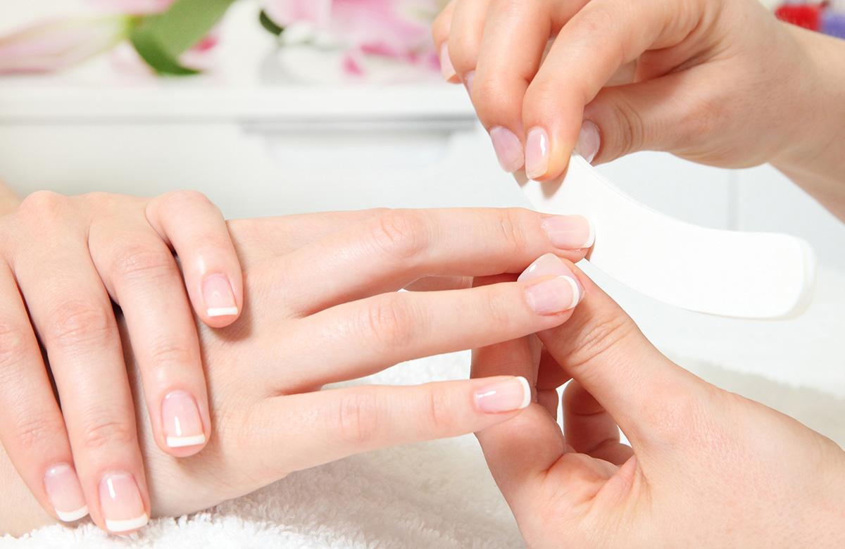 limado de uñas en centro de belleza Nail Center