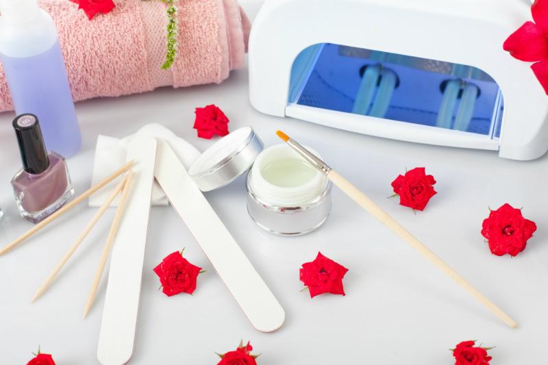 Utensilios y herramientas para realizar manicura de uñas sobre uñas mordidas