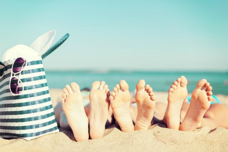 Los pies en verano y en la playa