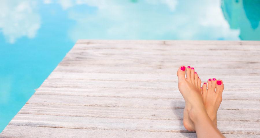 pedicura de verano en la piscina